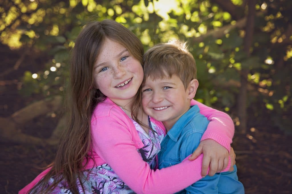 brother and sister having a cuddle captured by Tauranga children and family photographer Susanna