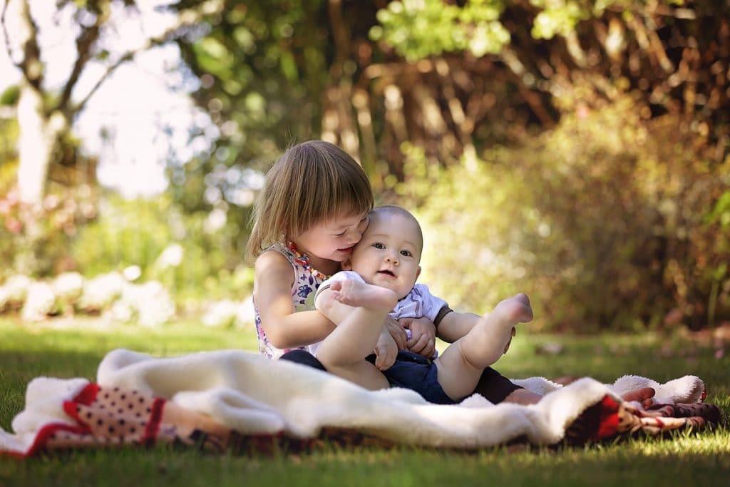 a sibling photo in the park captured by Tauranga children and family photographer Susanna